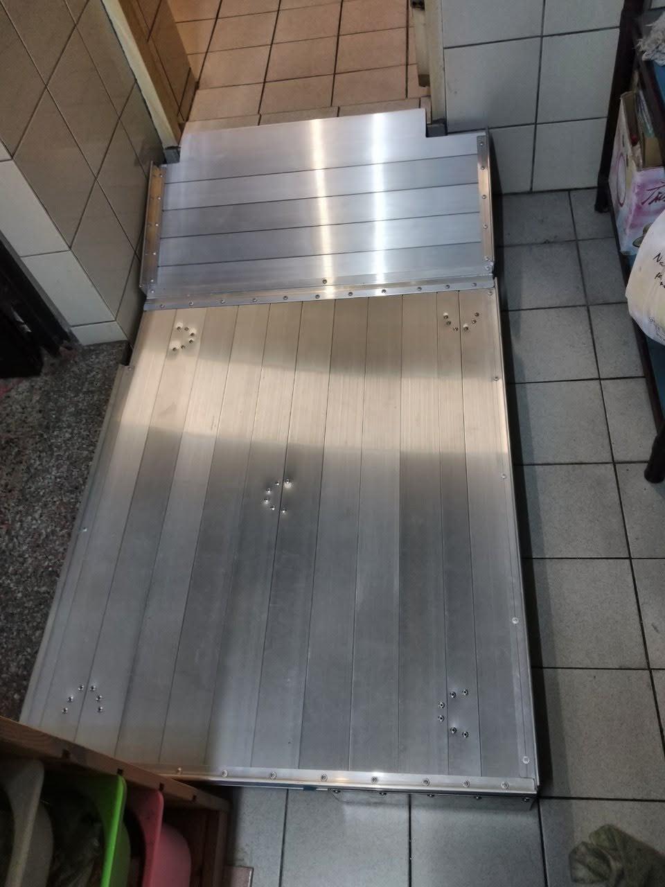 鋁合金平台連接可掀折的浴室門檻斜坡板做成一體式