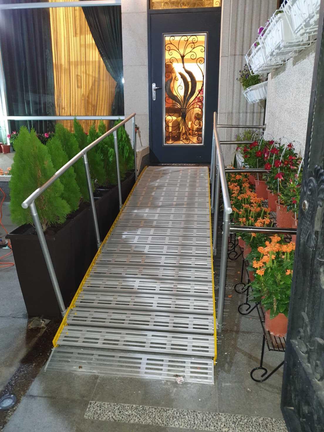 斜坡捲板加安全扶手